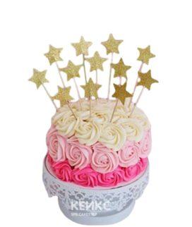Торт с кремовыми цветами и звездами