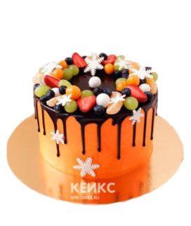 Оранжевый торт с фруктами и ягодами