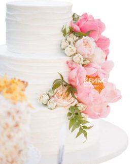 Торт белый с цветами 4