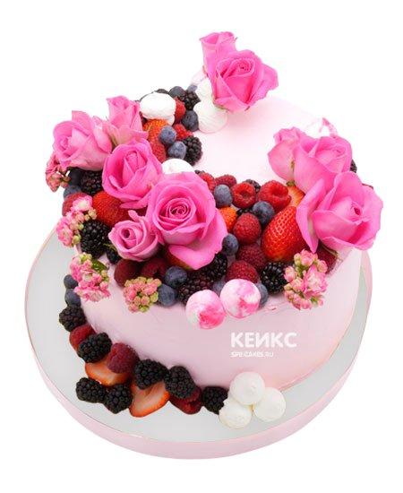 Торт с ягодами и цветами 9