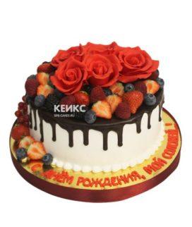 Торт с ягодами и цветами 10